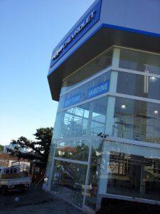 Foto da fachada da loja Jardine Veículos com vidros instalados pela Marcos Nunes Vidros