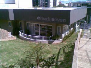 Fotografia externa do escritório da empresa melnick even com vidro temperado