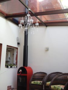 telhado de vidro com lustre pendurado