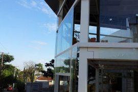 Fachada de loja em vidro por Marcos Nunes Vidros Temperados