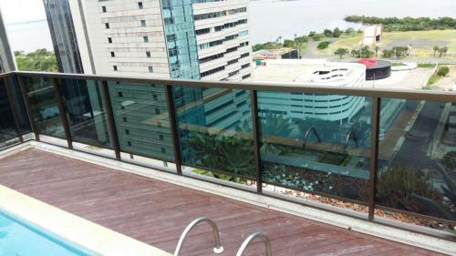 guarda corpo em vidro temperado em um terraço de um prédio